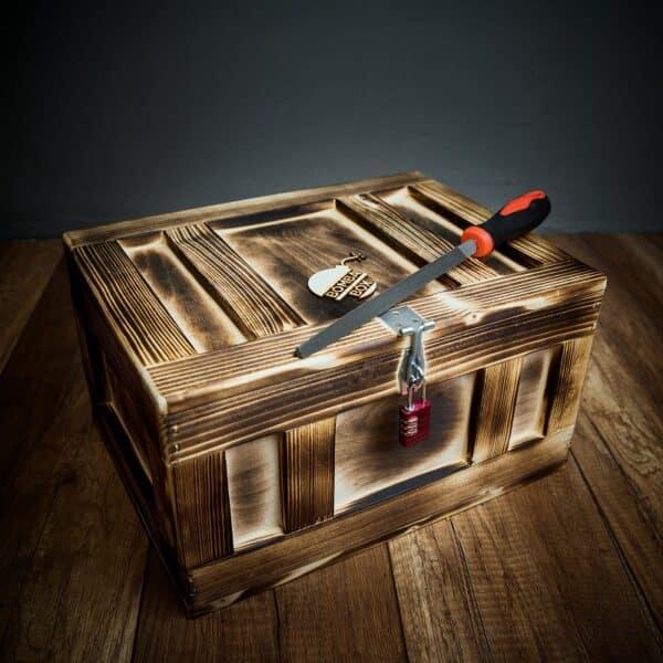 Dárková dřevěná truhla se zámkem a pilníkem
